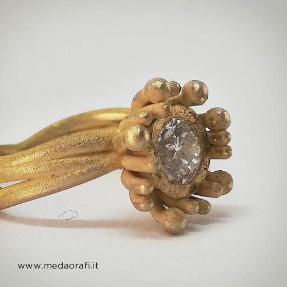Anello modello Anemone in oro giallo e diamante centrale laterale