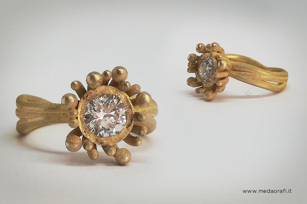 Anello modello Anemone, per fidanzamento, anniversari e ricorrenze speciali, frontale e laterale