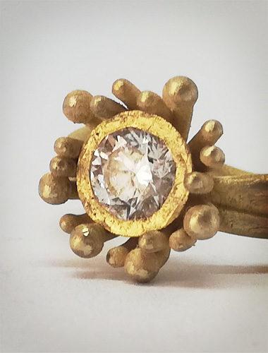Anello in oro giallo a forma di Anemone Marino