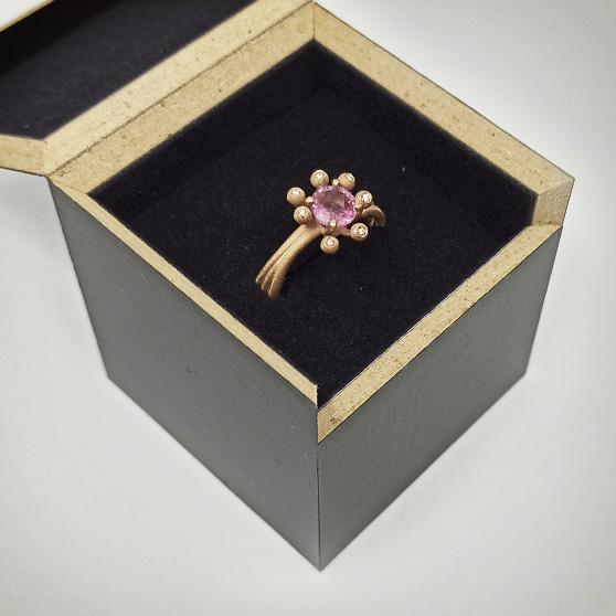 Anello modello Anemone nella custodia regalo in legno Meda Orafi