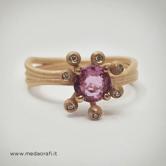 Anello per fidanzamento con zaffiro rosa centrale e brillanti
