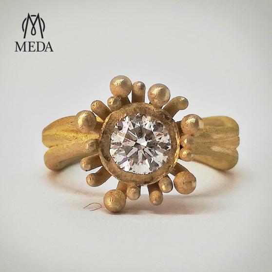 Anello modello Anemone in oro giallo e diamante centrale frontale