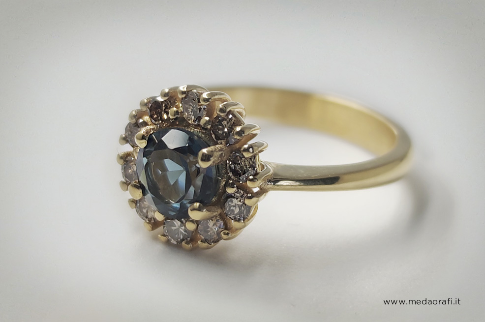 Dettaglio dell'anello di fidanzamento Retrò con topazio blu london