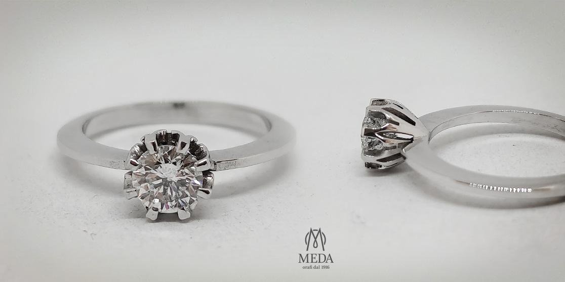 Foto doppia di un anello in oro bianco e diamante, solitario per fidanzamento, modello Vintage