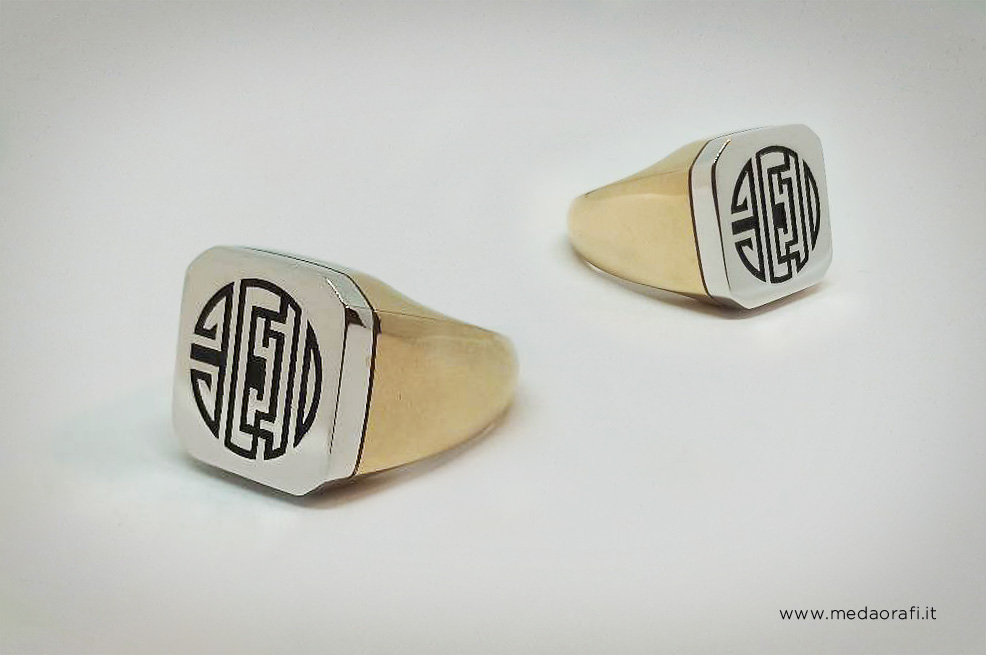 Anello con simbolo inciso, realizzato con due ori diversi