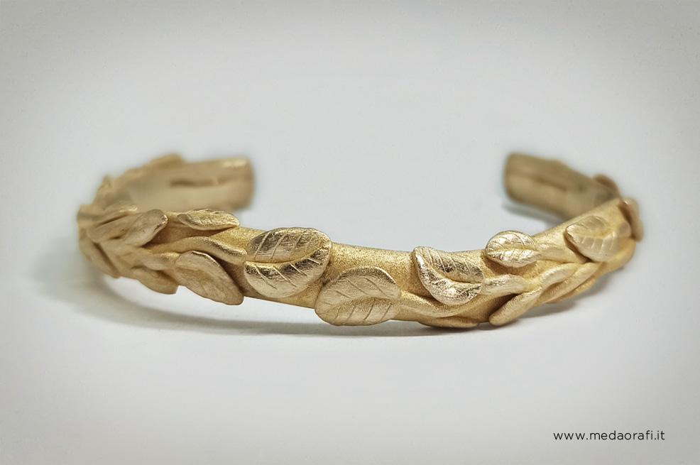 Bracciale aperto in oro 18 kt con la decorazione a foglie