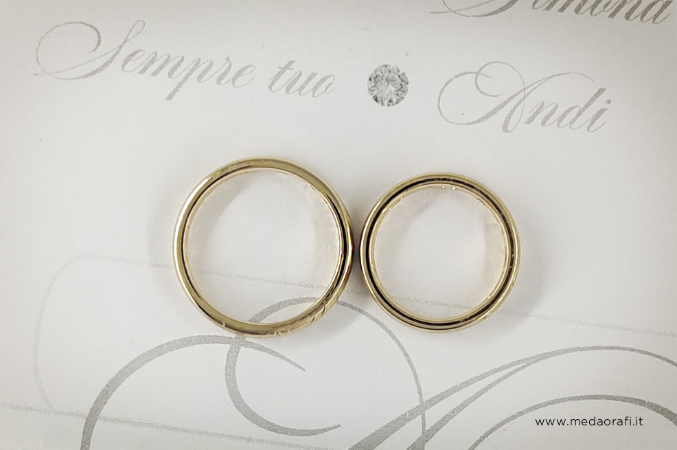 Fedi matrimoniali comfort in oro giallo personalizzate su disegno, il dettaglio delle incisioni