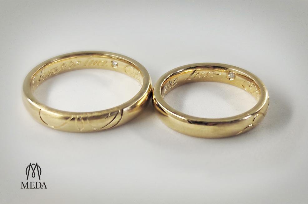 Le fedi matrimoniali comfort in oro giallo con l'incisione e il piccolo diamante interno