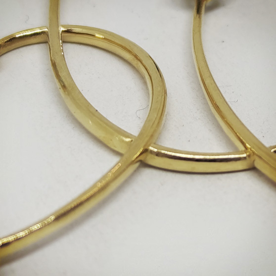 Pendente artigianale in oro e pietre, dettaglio lavorazione oro