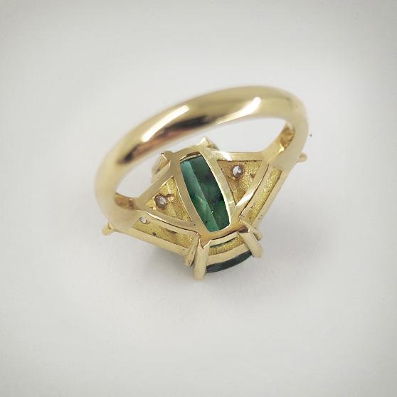 Anello con tormalina verde, dettaglio del castone
