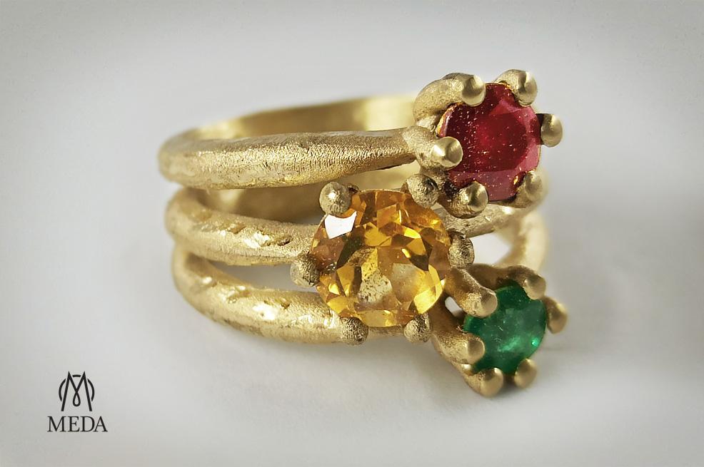 """Anello trilogy modello """"Materia"""" in oro grezzo smeraldo, topazio e rubino"""