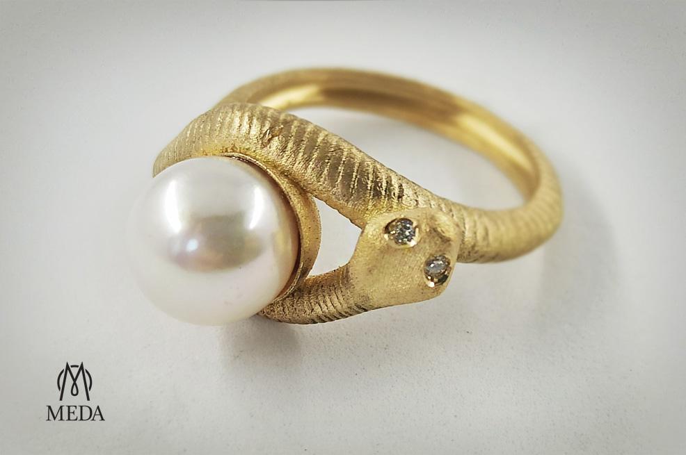Anello a forma di serprente in oro giallo, con perla bianca e diamanti sulla testa del rettile