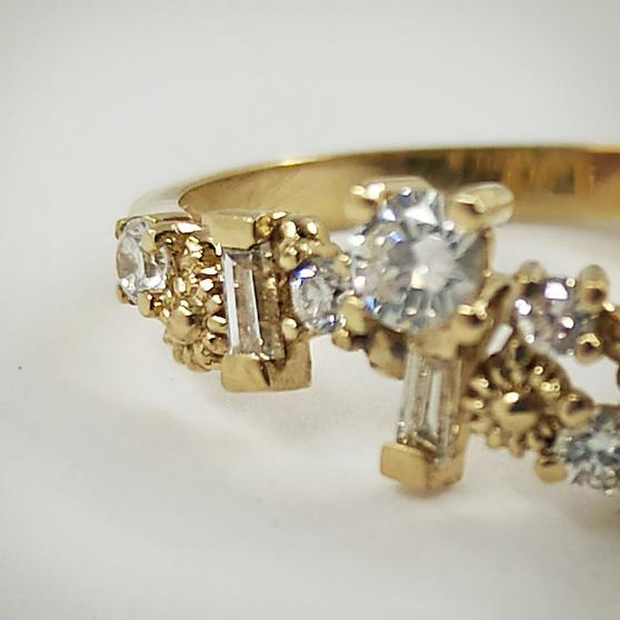 Anello di fidanzamento con diamanti ed elementi floreali