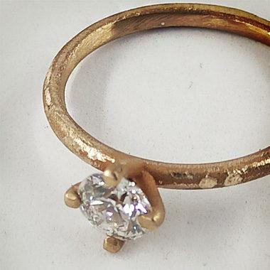 Anello di fidanzamento solitario in oro a grezzo