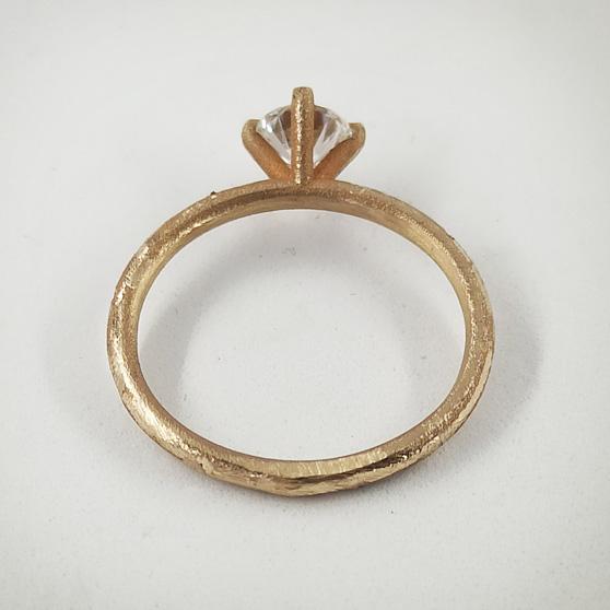 Anello di fidanzamento in oro grezzo e diamante solitario, il castone visto da dietro