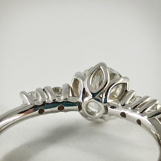 Anello in oro bianco e diamanti, dettaglio del retro del castone