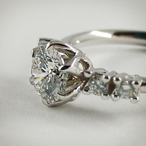 Anello in oro bianco e diamanti, dettaglio del castone
