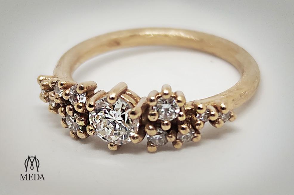 Anello in oro rosa e diamanti asimmetrici vista generale